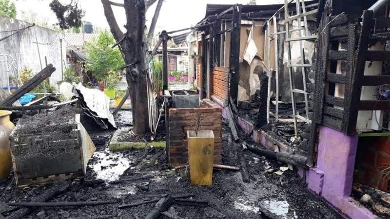 Fue a atacar a su ex pareja, incendió una casa y dejó a una familia sin nada