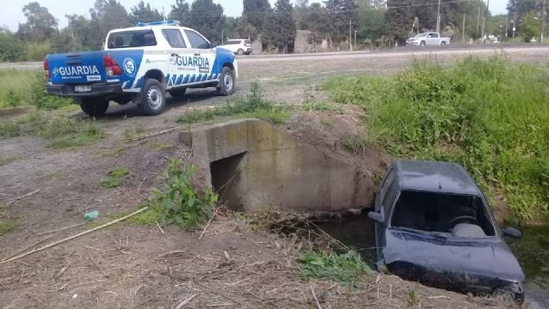 Accidente en la Ruta 58: un auto cayó a toda velocidad en una zanja