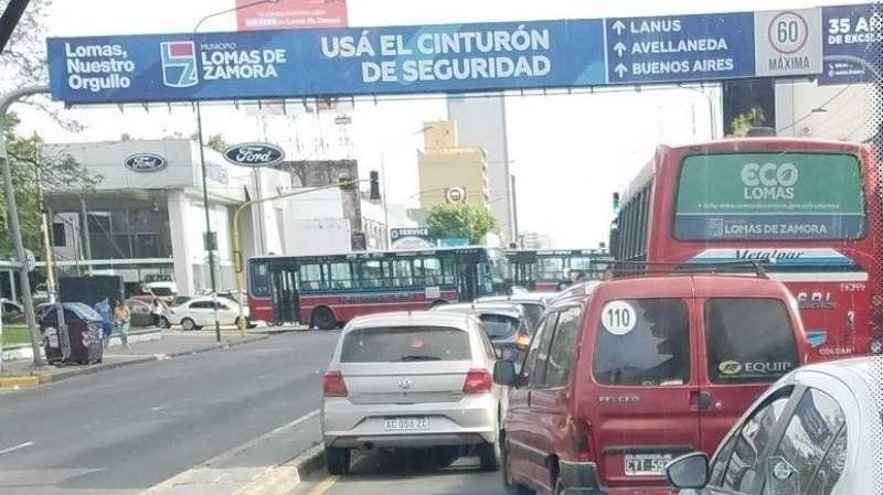 Colectiveros de la línea 548 cortan la avenida Hipólito Yrigoyen