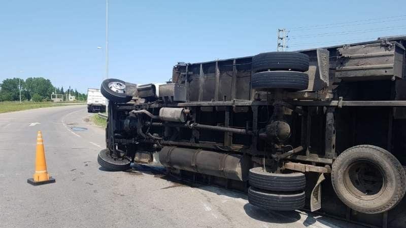 Volcó un camión de arándanos en San Vicente