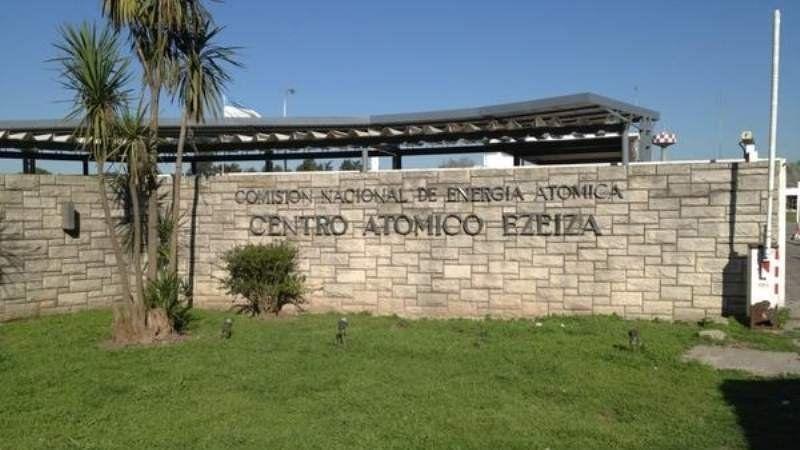 Trabajadores despedidos del Centro Atómico de Ezeiza se manifiestan en la entrada de la empresa