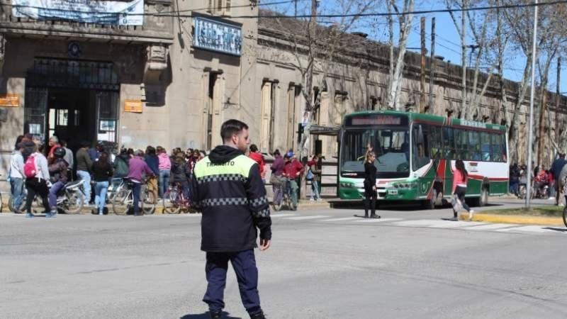 Sigue la violencia: otra moto atropelló a un municipal en San Vicente