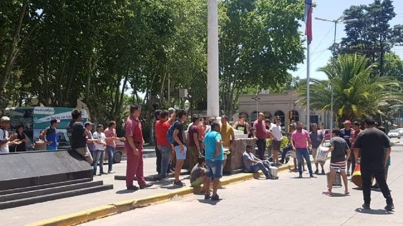 Los municipales protestan por los 100 cesanteados: creen que hay nuevos contratados