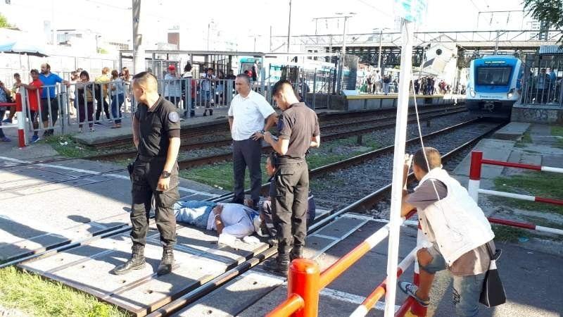 Un hombre cayó sobre las vías en Lomas y demoró el servicio del Tren Roca