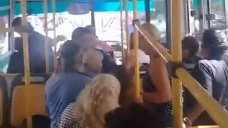 VIDEO | Conductor golpea a un chofer del 501 tras accidente de tránsito