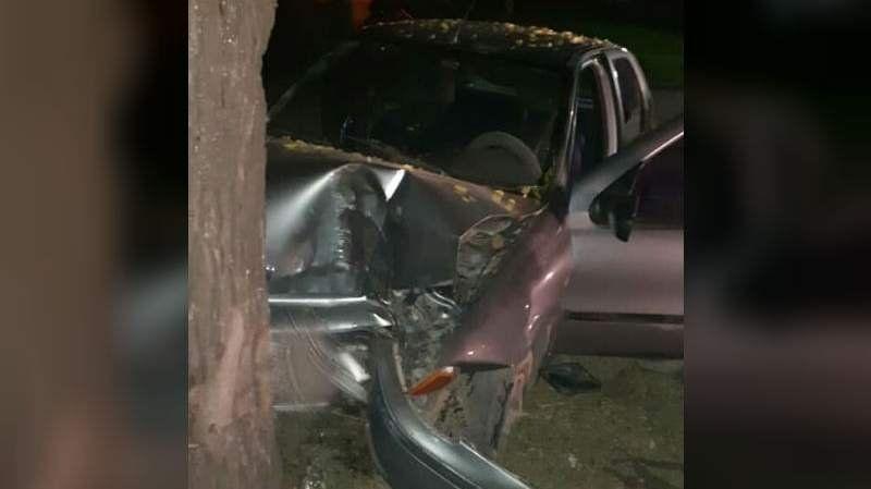 Claypole: Perdió el control de su auto y chocó contra un árbol