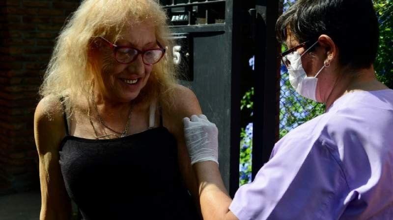 Vacunan casa por casa a todos los adultos mayores de Esteban Echeverría