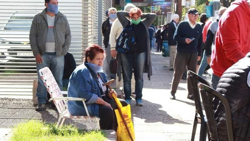 Filas interminables en los bancos de Brown: hubo jubilados desde la noche de ayer
