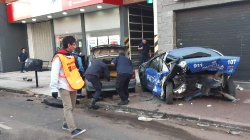 Impresionante choque en Lomas: un joven embistió a tres patrulleros