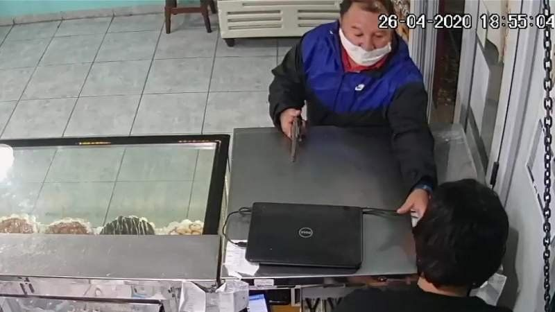 VIDEO: A cara tapada y armado, delincuente robó una panadería en Don Orione