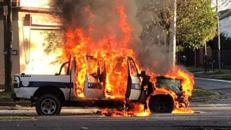 Feroz incendio de un patrullero en José Mármol