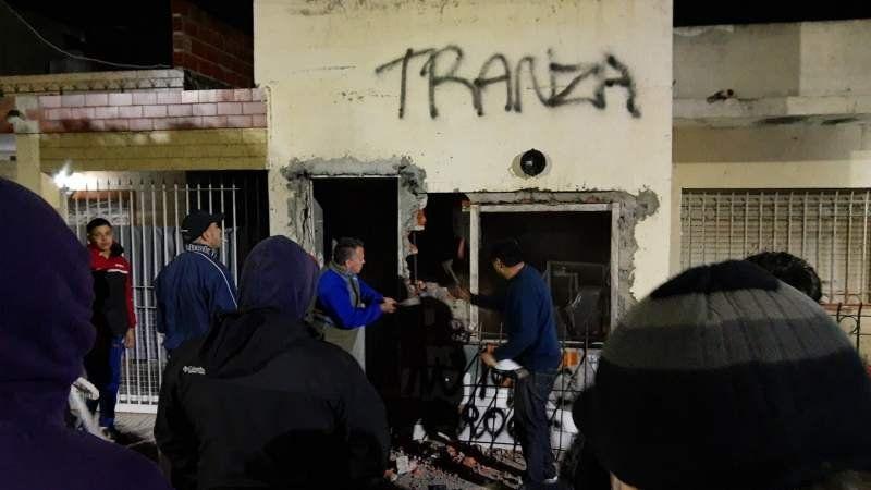 Violento escrache de vecinos por venta de drogas: una pareja fue detenida