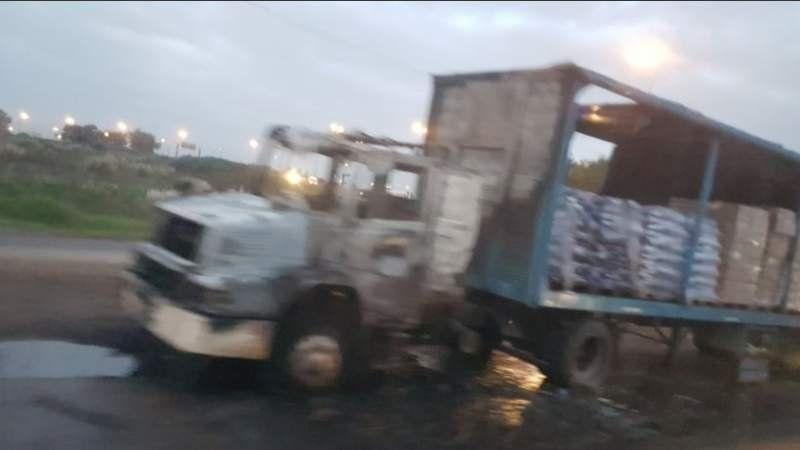 Camión incendiado en Camino de Cintura