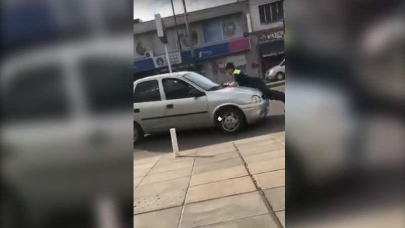 VIDEO: Un policía detiene a un conductor de una forma muy particular
