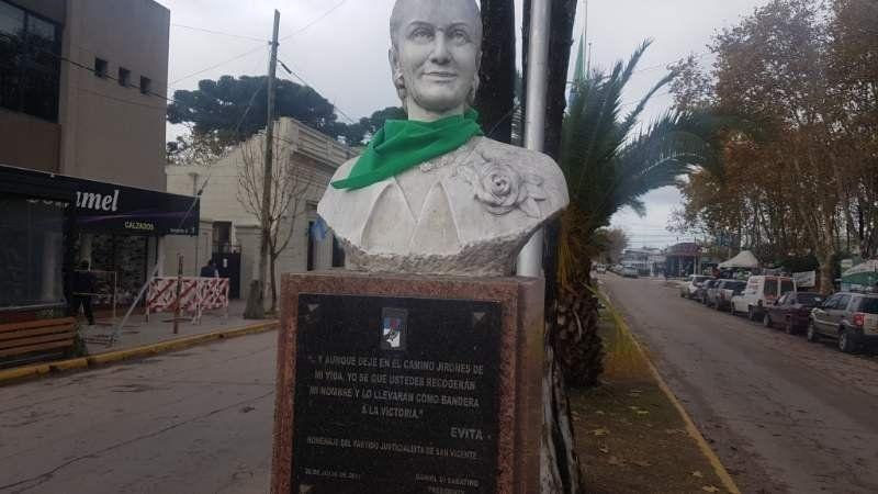 Los bustos históricos amanecieron con pañuelos verdes en San Vicente