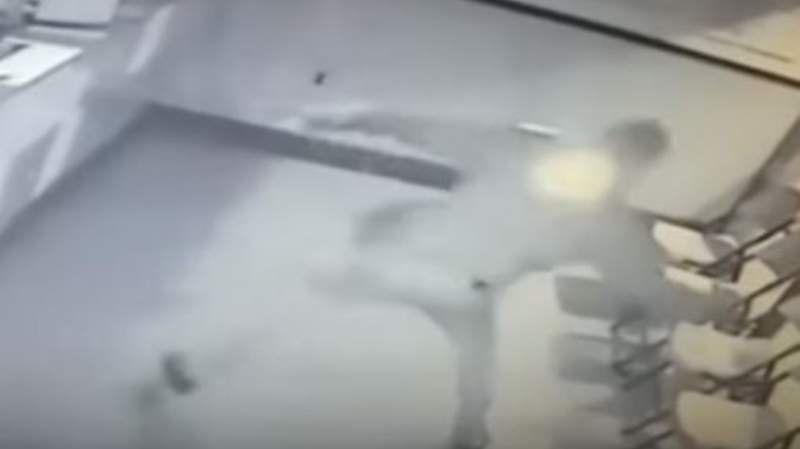 Video: Quiso robar un local y terminó con un ladrillazo en la cabeza