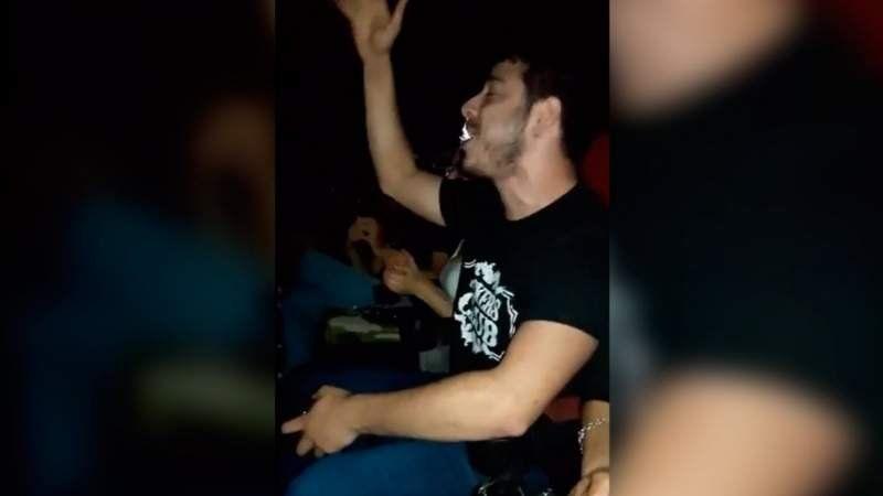 Video: Fue al cine, se cortó la luz y su reacción fue increíble