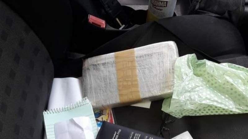 Detienen a un hombre con un kilo de cocaína en el auto tras persecución