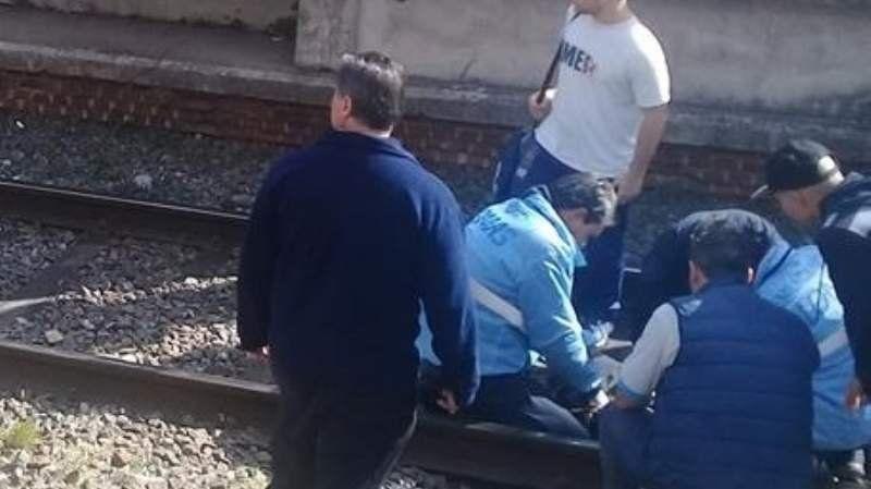 Banfield: una mujer se descompensó y cayó a las vías del tren
