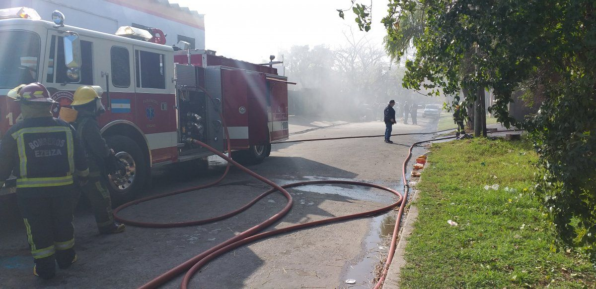 Tuvieron que asistir 6 vehículos de los bomberos de Ezeiza.