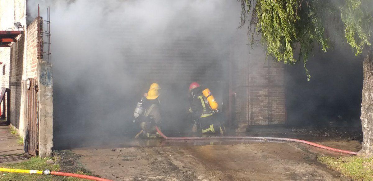 Los bomberos de Ezeiza trabajaron durante 3 horas para apagar las llamas.