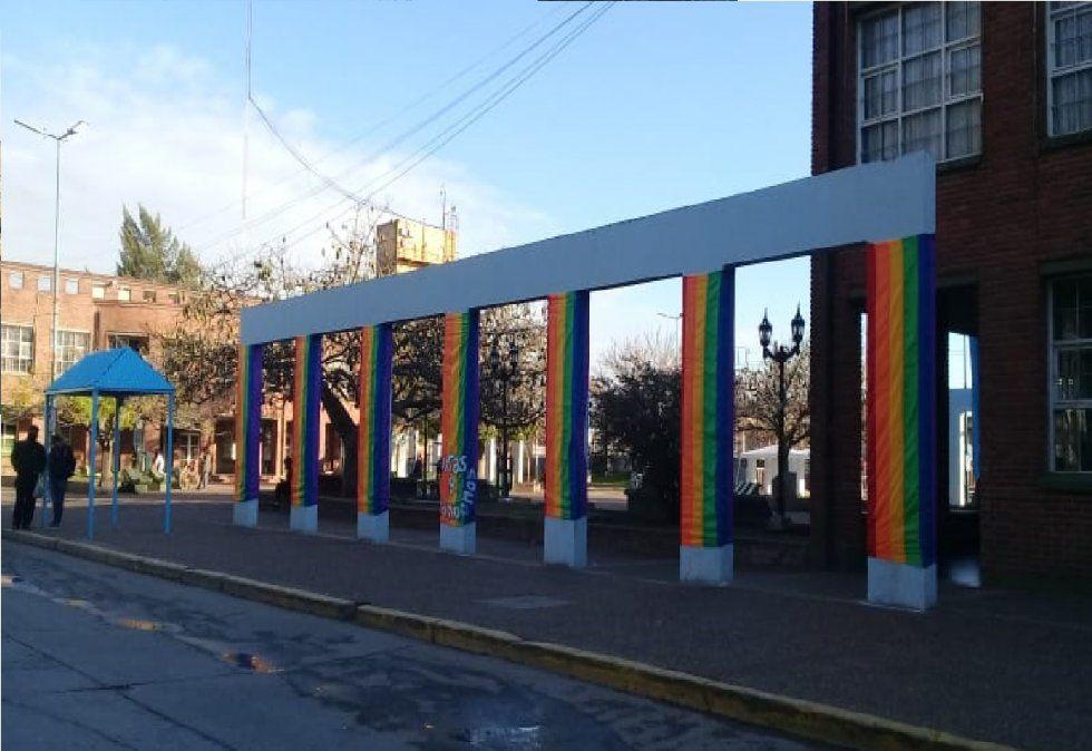 Guernica adoptó los colores LGTBIQ+ en el Día del Orgullo