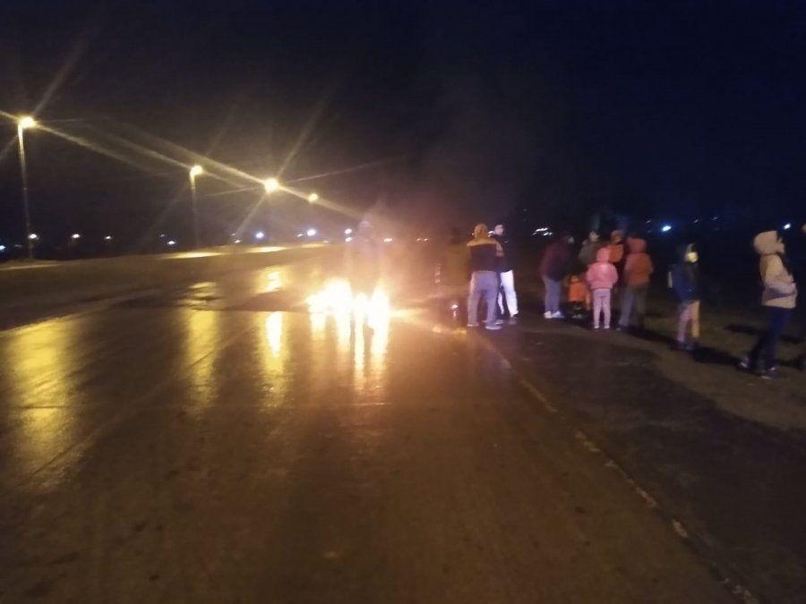 Vecinos sin luz cortan la ruta 6 en San Vicente