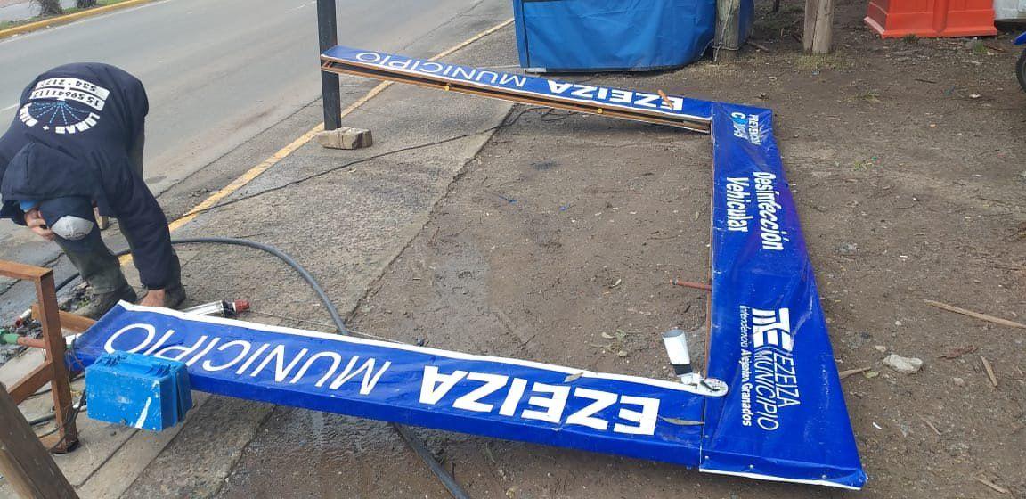Ezeiza: el viento arrancó el panel de desinfección de la 205