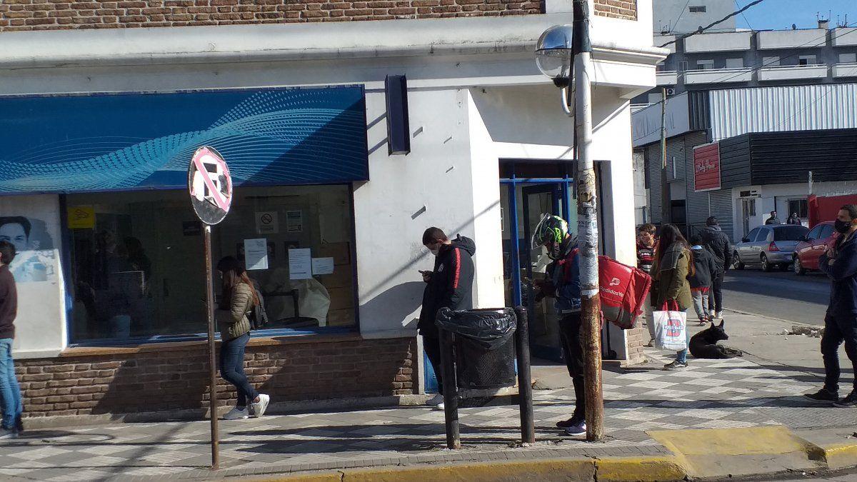 La entrada principal de la sucursal del correo de Ezeiza.