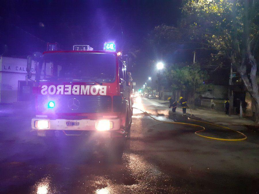 Incendio de cubiertas combatido por los bomberos