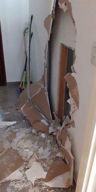 El boquete que hicieron los delincuentes para entrar a robar al local.
