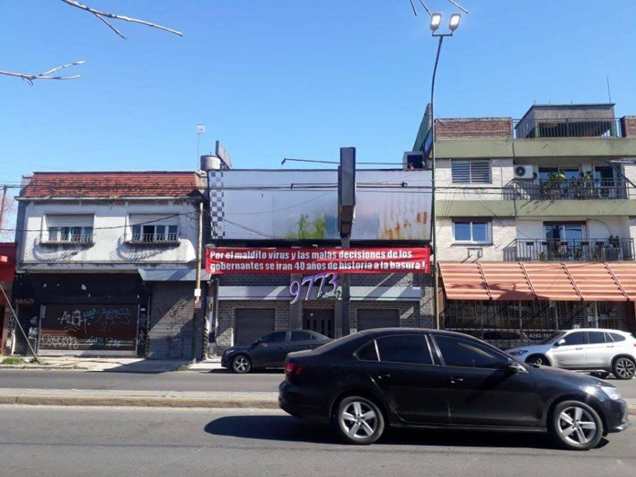 El cartel que advirtió sobre la grave crisis que atraviesa 9773 Bowling de Lomas de Zamora.