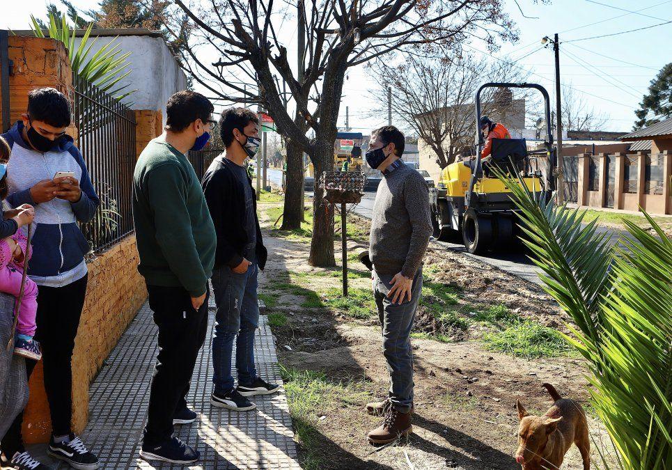 Asfalto. Fernando Gray recorrió las obras de El Jagüel y Monte Grande, donde dialogó con vecinos.