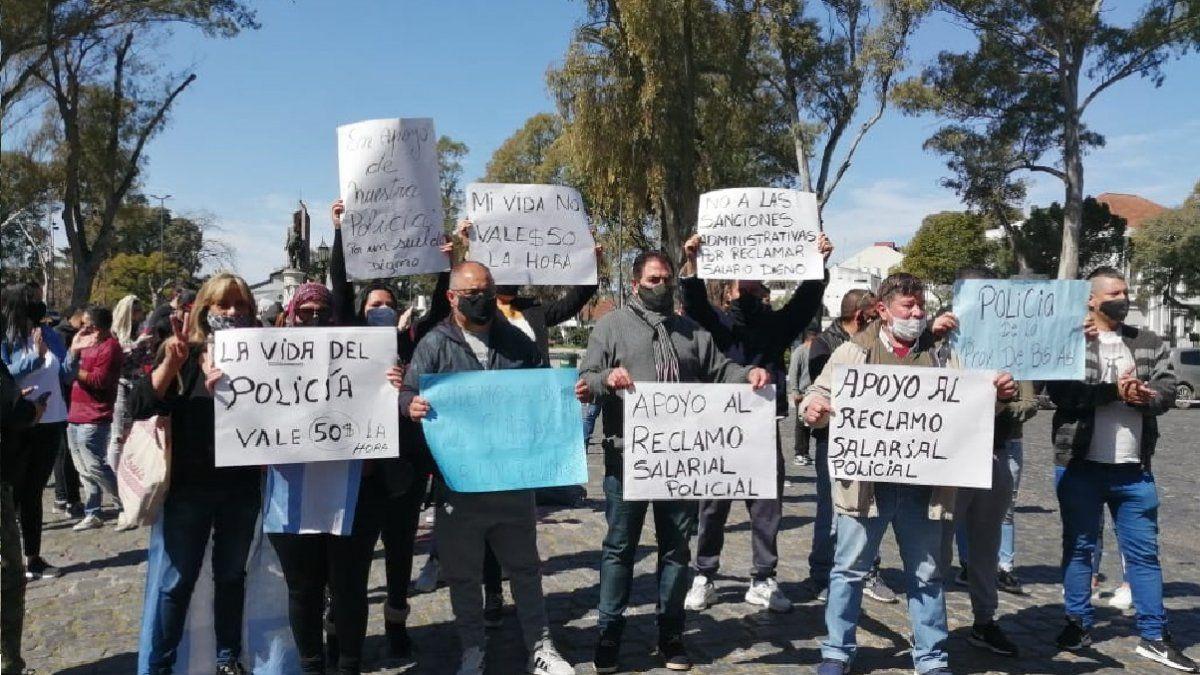 Policías de la región protestan en Adrogué y cortan la avenida Espora