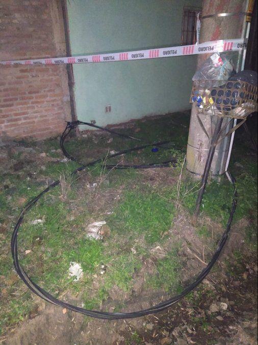 Así quedó el cable con corriente luego de la explosión del transformador.