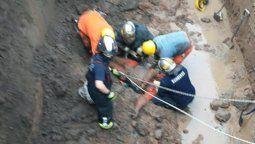 un hombre cayo en un pozo en lomas y quedo gravemente herido