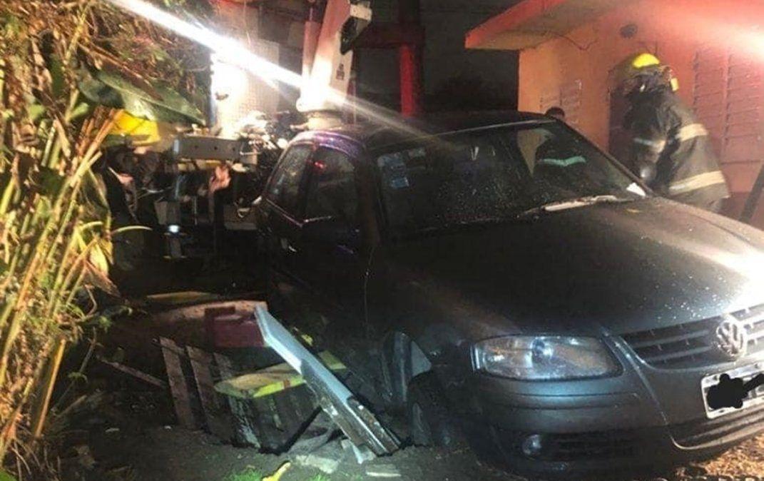 Un auto cayó en un pozo ciego en Longchamps