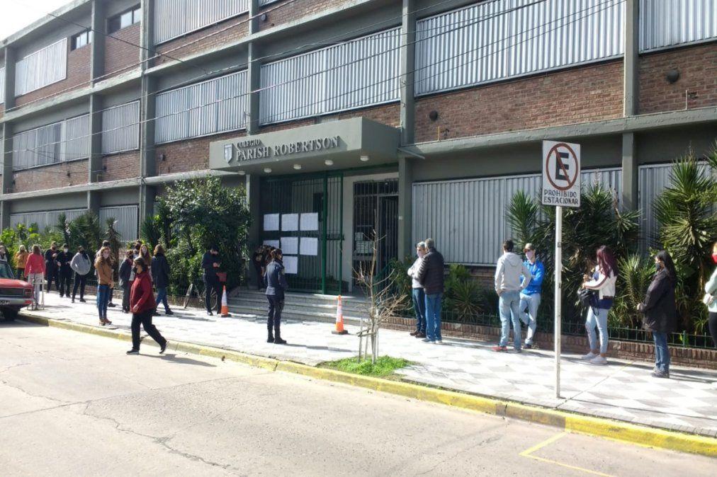 El ingreso en los colegios de Esteban Echeverría se demoró desde 30 minutos hasta una hora.