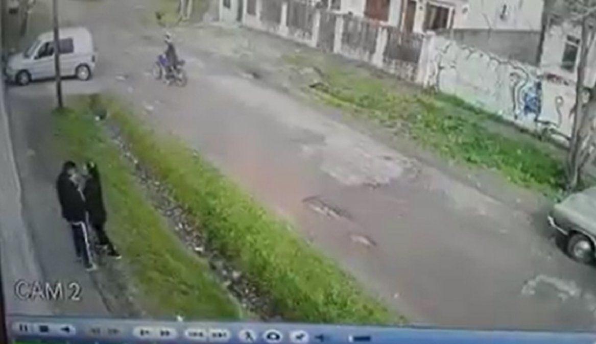 Motochorros atacaron a una joven para robarle en Longchamps