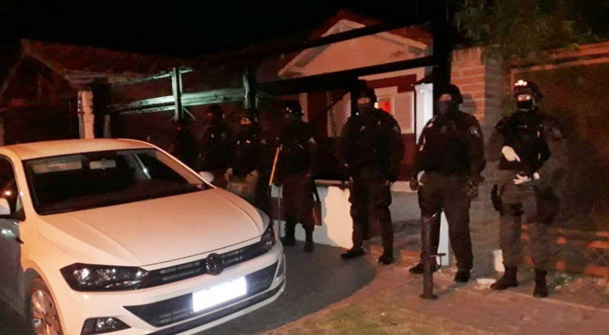 Mega operativo con 15 allanamientos en Lanús: secuestran armas, drogas y mucho dinero