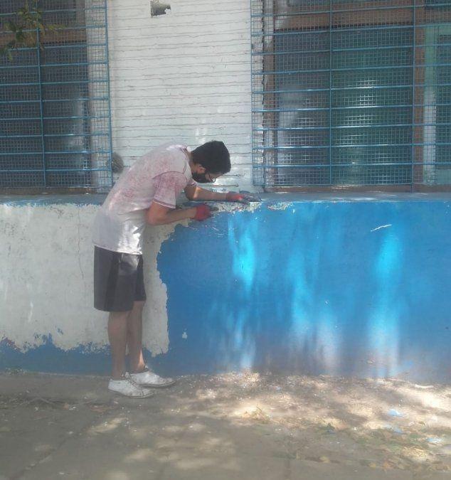 A la espera de las clases presenciales, padres pintaron una escuela de Rafael Calzada