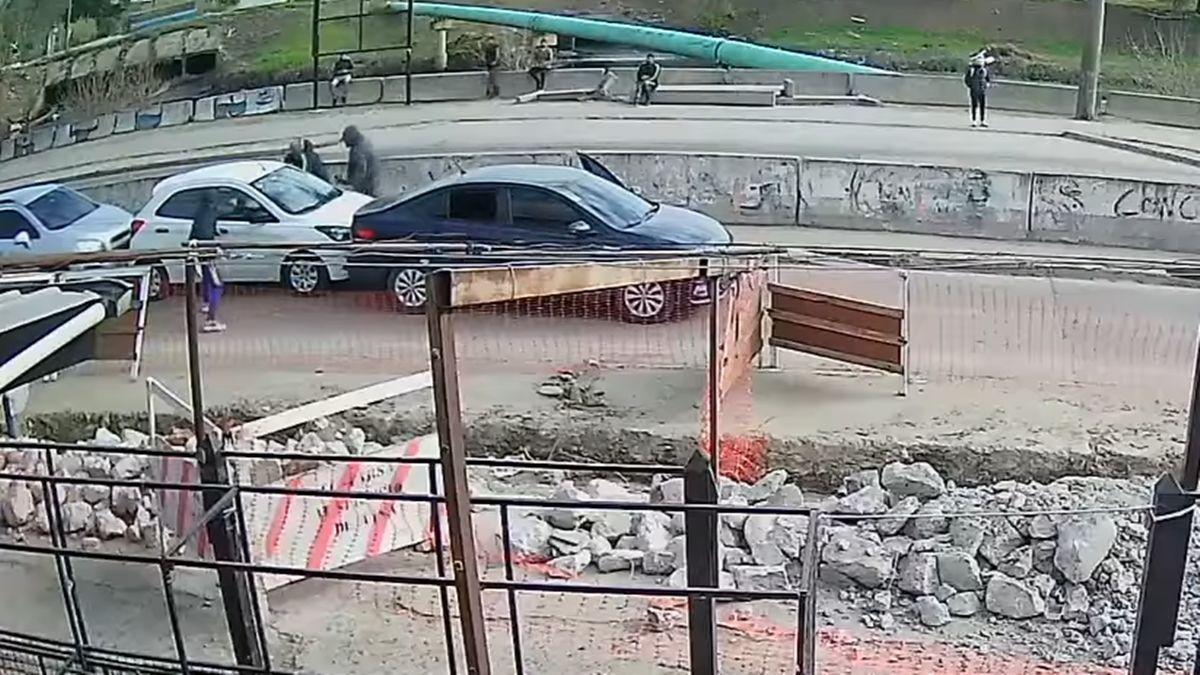 Ingeniero Budge: roban un auto en medio de una avenida a la vista de todos