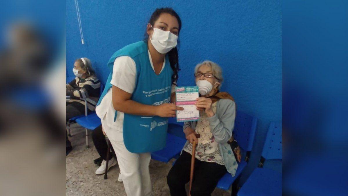 Una vecina de Lanús de 100 años recibió la vacuna contra el Covid-19: su emotiva historia
