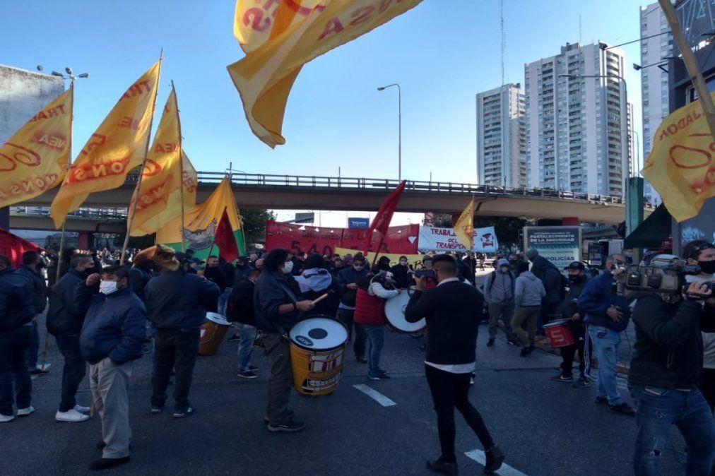 Corte total y caos en el puente Pueyrredón por protesta de colectiveros