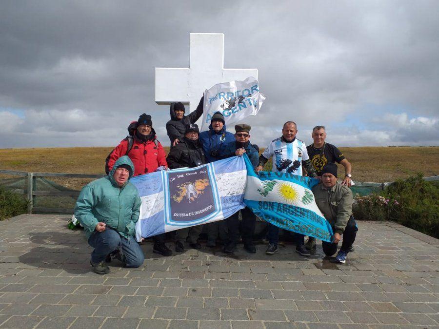 Roberto Barrientos en Malvinas junto a otros veteranos del centro de Lomas de Zamora.