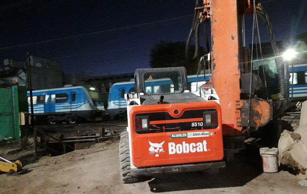 Trabajos nocturnos, con el Tren Roca de fondo.