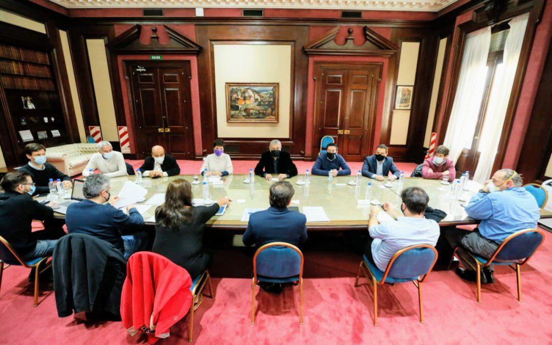 Kicillof recibió a Cantero, Mantegazza y otros intendentes y condenó las tomas de tierras