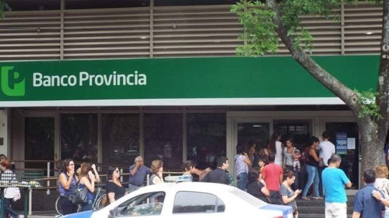 Saturado el Banco Provincia: dos cajas abiertas y fila única