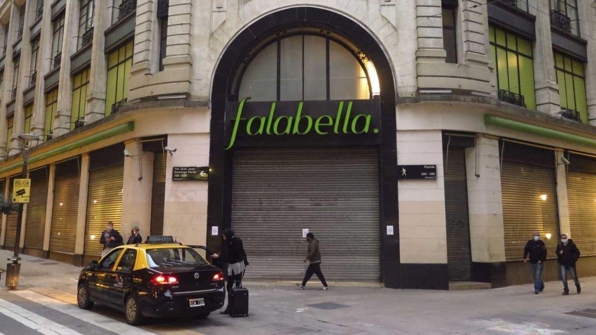 Falabella remata más de 10.000 productos antes de abandonar el país