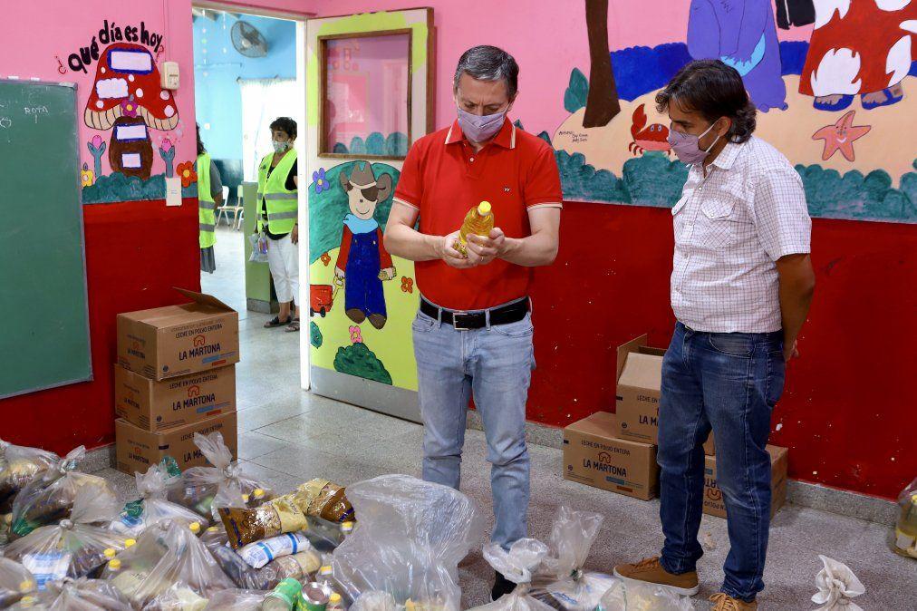 Fernando Gray en la entrega de alimentos en Monte Grande Sur